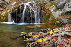 Горные реки и водопады в осенний период