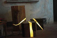 Marco Stefanelli remove pedaços que vão da casca até o cerne da madeira, e embute fiação e lâmpadas de LED nas faixas iluminadas e irregulares. O buraco é preenchido com uma resina brilhante e lisa –que dá um ar contemporâneo ao mesmo tempo que contrasta com a sucata rústica e áspera
