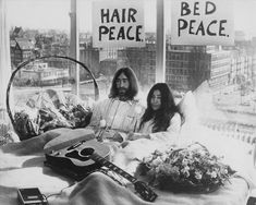 John Lennon and Yoko Ono staged their famous Bed-In 44 years ago today at the Hilton Amsterdam. See photos of the hotel room today, complete with its John and Yoko artwork, and Ono-designed updates. Abbey Road, Citation John Lennon, Woodstock, Album Photo Vintage, Vintage Photos, Art Garfunkel, Couples Vintage, Cool Couple Halloween Costumes, Halloween Couples