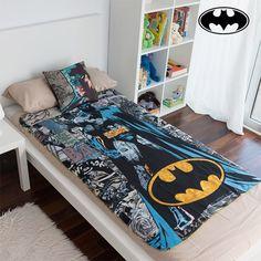 Os pequenos fans do Batman já se podem pôr confortáveis e aconchegar-se com o conjunto de manta e almofada Batman!  Composição: 100 % poliéster Almofada: limpeza a seco Manta: lavar à mão Medidas aprox. (almofada): 35 x 35 x 10 cm Medidas aprox. (manta): 160 x 100 cm