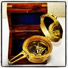 Żeglarski kompas mosiężny w drewnianym pudełku, stylowa kapitańska busola w drewnianej skrzynce, żeglarski upominek, marynistyczny prezent, morski podarunek, żeglarski styl, marynistyczny wystrój, Photo by http://marynistyka.org
