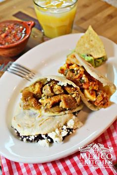 Gorditas Recipe And, as per your request, gorditas recipe! Seriously, I can't even begin to write about gorditas without starting to salivate! These delicious small and thick corn tortillas that we call gorditas, that have a pocket Mexican Dishes, Mexican Food Recipes, Ethnic Recipes, Gorditas Recipe Mexican, Mexican Cooking, Mexican Corn, Spanish Recipes, Cooking Time, Tortilla Wraps