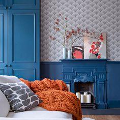 """Au premier étage de cette maison bleue, au premier étage, le petit salon-bureau est tapissé de papier peint """"Feather Fan"""", Cole & Son. Les soubassements et placards sont colorés du """"Stiffkey Blue"""", Farrow&Ball."""