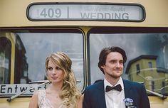 Das Brautpaar vor einem nostalgischen Berliner Traditionsbus, der alle Gäste samt Hochzeitsfotograf und Brautpaar zur ersten Hochzeitslocation transportierte.