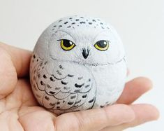 Snow owl stone painting, Stone Art Paint by Acrylic Colour, Unique. - Snow owl stone painting, Stone Art Paint by Acrylic Colour, Unique. Source by tammychearon - Painted Rock Animals, Painted Rocks Craft, Hand Painted Rocks, Painted Pebbles, Painted Stones, Turtle Painted Rocks, Painted Garden Rocks, Painted Wood, Painting Animals On Rocks