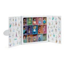Découvrez 15 poupées miniatures à l''effigie de célèbres personnages réunies dans un sublime coffret cadeau. Les vœux se réalisent avec cet ensemble de princes, princesses et fées, appréciés depuis toujours, présentés sous la forme de jeunes enfant