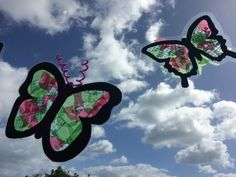 Butterfly stained glass windows - kids craft.  https://littlemulberryproject.wordpress.com/2016/11/26/beautiful-butterfly-windows/
