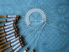 Dentelle en Fleuri de Bruges - Site de chezraymonde ! Bruges Lace, Knitting Machine Patterns, Dmc, Bobbin Lace, Hand Fan, Tatting, Inspiration, Jean Miro, Belgium
