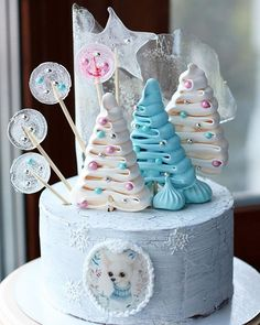 A fabulous decor for a stunning winter part cake. Bakery Store, New Year's Cake, Sweets Cake, Holiday Cakes, Cupcake Cookies, Cupcakes, Cookie Designs, Sugar Rush, Pretty Cakes