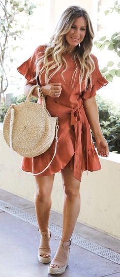 #spring #outfits woman in orange dress carrying beige 2-way bag. Pic by @liveloveblank