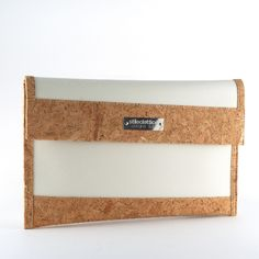 'Clutch' bag with magnetic closure handmade by giving a second life to the tissues of the sails at the end of their navigation. The fabrics of the sails joins the cork in its natural color to give life to an object refined and original. The interior is fully lined in cork with a handy zip pocket.