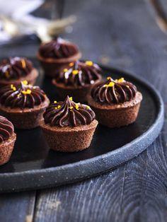 Forkæl dine gæster med saftig mazarinkage med et strejf af appelsin og masser af chokoladesmag. Lav mazarinkagen i små muffinforme - så får du de fineste minimazariner lige til at sætte på dessertbordet.