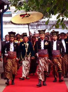 Pakubuwono XIII - under the royal golden umbrella Historical Clothing, Historical Photos, Surakarta, Dutch East Indies, Court Dresses, Common People, Royal Tiaras, Umbrellas Parasols, International Festival