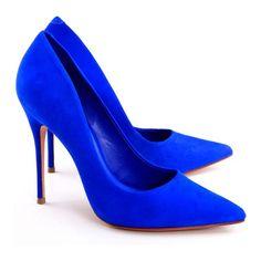 TEM QUE TER : Scarpin azul, escolha a sua preferencia com bico fino ou sem bico, mas é imprescindível que seja sem detalhes, como interferência de outras cores. é importante ser o mais básico possível.