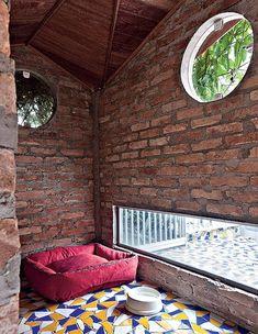 Portas e janelas de vidro temperado garantem ventilação e entrada de luz. Para proporcionar conforto térmico, a construção recebeu forro de madeira. Pelo visor, o animal confere o movimento do lado de fora.