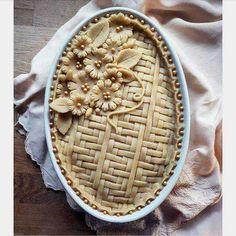 Pie crust designs to try. Pie Dessert, Dessert Recipes, Creative Pie Crust, Just Desserts, Delicious Desserts, Beautiful Pie Crusts, Pie Crust Designs, Pie Decoration, Pies Art