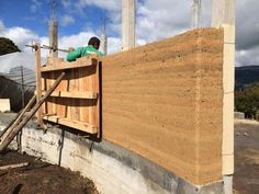 construcción con tierra compactada. Rammed earth construction shows pin holes for metal rods.