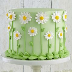 Our favorite fresh-look flower, the daisy forms a fun covering for the sides of this cake. The  centers are dusted with yellow sugar to add sparkle, making  this cake a sensation at  celebrations, indoors and out! https://www.instagram.com/encontrandoideias/ Quer ver mais ideias lindas www.blogencontrandoideias.com
