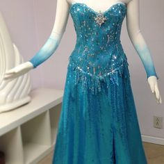 Elsa the Snow Queen Photo: Elsa costume Frozen Dress, Elsa Dress, Elsa Frozen, Dress Up, Frozen Queen, Frozen Inspired Outfits, Disney Inspired Fashion, Frozen Images, Frozen Photos