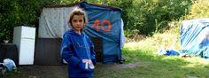 Jeune fille devant un campement rom