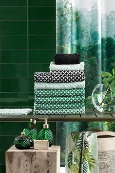 Soft new towels in beautiful, seasonal colours are an easy way to update your bathroom. Shop the collection at hm.com. | H&M Home