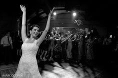 Foto do dia, noiva jogando o bouquet !