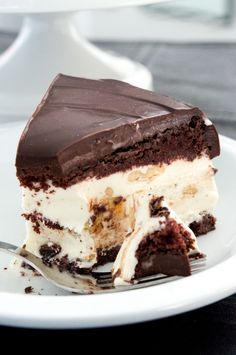 chocolate banana ice cream cake - I wish I already had this made and sitting in front of me. It's like ice cream sundae in cake form. Ice Cream Desserts, Frozen Desserts, Ice Cream Recipes, Chocolate Desserts, Just Desserts, Cake Chocolate, Frozen Treats, Frozen Cake, Chocolate Banana Ice Cream