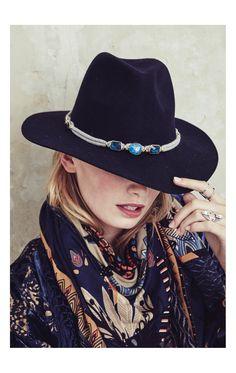 MILWAUKEE BLUE est un chapeau en feutre bleu orné de pierres et de pampilles tout autour de la tête. Avec son look hippie chic et sa forme Fedora, il