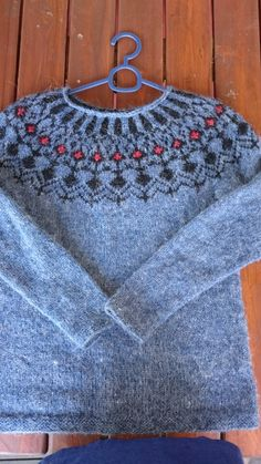 En tråd Icelandic Sweaters, How To Start Knitting, Hand Knitting, Crochet Top, What To Wear, Sewing, Red, Crafts, Inspiration
