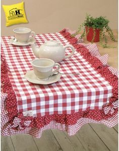 Runner Angelica Home & Country Collezione Vichy Fiocchi Rossi Versione 1 Más Dinner Room, Quilted Table Runners, Dinning Table, Mug Rugs, Table Toppers, Chair Covers, Table Linens, Country Decor, Design Case