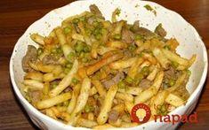 Toto jedlo u nás robíme vždy, keď má niekto sviatok. Je to výborné, sýte a a nenáročné na prírpavu. Potrebujeme: 400 ml oleja 400 ml vody 2 stredne veľké cibule 600 g bravčového mäsa 5 strúčikov cesnaku Paprika Soľ a čierne korenie Majoránku 200 g zeleného hrášku – mrazeného 1 kg zemaikov Postup: Cibuľku nakrájame...