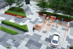 Vanke Cloud City в Гуанчжоу  Внутренний сад для четырех башен на 5 тыс. квартир архитекторы из Lab D+H наполняют модульной бетонной мебелью и ярко-оранжевыми объектами, которые разрывают мерный ритм полос озеленения.