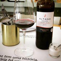 Altano Douro 2013. Nova visita ao @tabernadaesquinasp, dessa vez com a família. O vinho, um português do Douro, denso, aromático, frutas vermelhas. Na boca, persistente elegante e gastronômico. Bolinhos de bacalhau, alheiras, polvo grelhado... ;)  Conheça www.vivaovinho.com.br/  #vinho #vivaovinho #winelovers #dicasdevinhos #wine #winetasting #vinicola #winery #adega #degustação #winetips #fotooficialvov #douro #portugal #vinhoportugues…