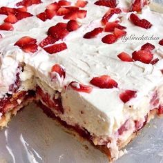 Here is a quick and easy twist on a classic summer dessert, the No Bake Strawberry Shortcake. No Bake Strawberry Shortcake Recipe, Strawberry Lasagna, Strawberry Desserts, Strawberry Tiramisu, No Bake Desserts, Dessert Recipes, Cold Desserts, Snacks Recipes, Frosting Recipes