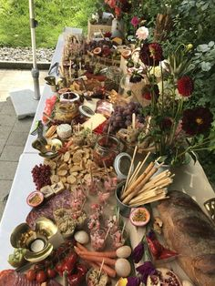 Grazing Tables - the modern way to entertain - Living in Luzern Wedding Buffet Food, Wedding Reception Food, Woodsy Wedding, Fruit Tables, Rustic Buffet, Grazing Tables, Table Set Up, Food Platters, Outdoor Parties