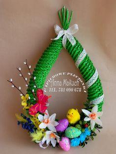 Papierowe plecionki: Wielkanocny wianek Paper Weaving, Weaving Art, Egg Carton Crafts, Place Mats Quilted, Weaving Designs, Newspaper Crafts, Paper Basket, Polymer Clay Crafts, Easter Wreaths