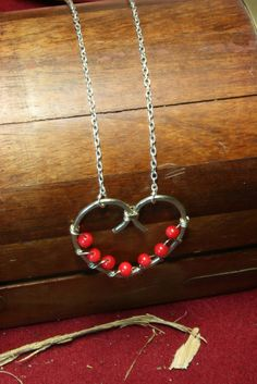 Μενταγιόν από Σύρμα αλπακα σε σχημα καρδιας με πετρες κοκκινες(κοραλι) – Handmade Greek Jewellery