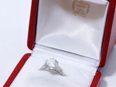 CARTIER Monture Bague solitaire en platine (850) ornée d'un diamant brillanté en serti griffe épaulé de diamants tapers. Signée, poinçon de maître, numérotée. Poids: 2,88 carats. G Pur dix fois à la loupe… - Drouot Estimations - 06/07/2016