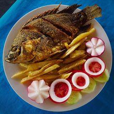 Beautifully Plated Pescado on la Costa - Chamaparico Guatemala #pescado #wholefish #beautifullyplated #simplemeal #lacosta #guatemala #champe #champerico #mariscos #foodphotography #travelpics #travelphotography #travelphotographer #latinamerica #centralamerica #smallcamera #coolpics #restaurant #travelliteshootheavy #visitguatemala #OkXelaGT #olympuscamera #foodpics #veggies #seafood #friedfish #fishhead