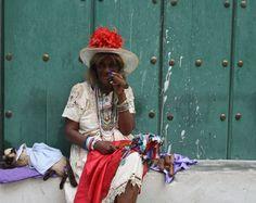 Het zijn niet alleen de Cubaanse mannen, ook Cubaanse vrouwen roken sigaar...