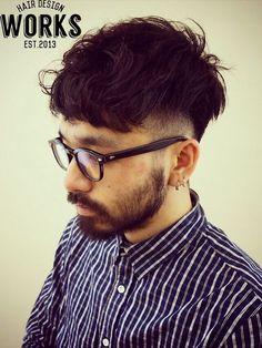 短めの刈り上げから前髪にかけてのシルエットがかっこいいメンズ外国人風ショートヘアー。ルーズにくせ毛風パーマをかけて雰囲気のある髪型へ!トラッドな雰囲気を感じるオールバックスタイルにもできる2Wayスタイルになります。