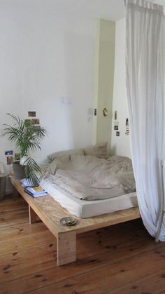 de - A nice DIY bed! An alternative to a pallet bed: the bed made from a plywood sheet! Room Ideas Bedroom, Home Bedroom, Bedroom Decor, Bedrooms, Aesthetic Room Decor, Dream Rooms, My New Room, House Rooms, Room Inspiration