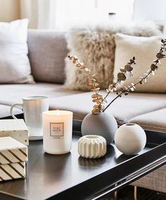 Simple Chic! Nordisch schlicht und super schön. Die Vase Ball im simplen skandinavischen Design fügt sich perfekt in jedes Scandi Interior ein. Kombiniert mit ein paar frischen Eukalyptus Zweigen und wunderschönen Duftkerzen, fertig ist die perfekte Dekoration für dein Scandi Home. We like! // Ideen Styling Skandinavisch Wohnzimmer Vase Blumen Eukalyptus Duftkerzen Sofa Decke #WohnzimmerIdeen #Skandinavisch