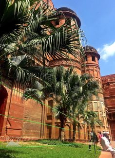 The fort is immense in size and has so many buildings,courtyards and gardens in India 🇮🇳 القلعة مليئة بالمباني الحمراء و الساحات و الحدائق