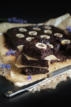 Najlepsze brownie bananowe bez mąki. Ciasto czekoladowe FIT. Kinds Of Desserts, Sweet Desserts, Dessert Recipes, Cheesecake Pops, Healthy Brownies, Christmas Desserts, Love Food, Food Porn, Food And Drink
