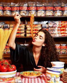 Italian Style, Chiara Scelsi With the tomatoes spaghetti perfectly al dente! Creative Photography, Photography Poses, Photography Magazine, Editorial Photography, Pasta Integral, La Trattoria, Shotting Photo, Dolce E Gabbana, People Eating