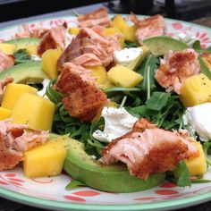 Rocket salad with mango, avocado, goats cheese & grilled salmon💕 Raw Food Recipes, Salad Recipes, Diet Recipes, Healthy Recipes, Food Tasting, Tapas, Healthy Salads, Pasta, Food Inspiration