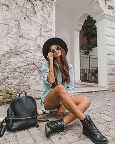 Look básico com Coturno, jeans  e mochila preta. Instagram: @viihrocha