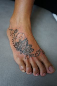 this tattoo reminded me of the time I used to do henna (paste) at festivals…Hours and hours of drawing sirls and dots on girls hands,arms and feet,:). Freehand lotus in henna style..