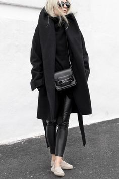 Tendance Sac 2017/ 2018 : Black Winter manteau à col sac black lunettes. Lifestyle